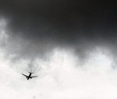 Pesawat Jatuh di Garasi Rumah, Satu Orang Tewas