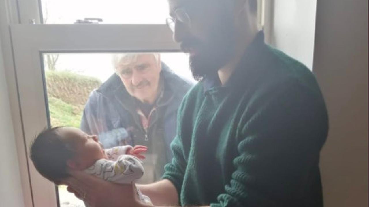 Potret Haru Kakek Lihat Cucunya yang Baru Lahir Hanya dari Jendela